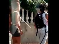 Τουρίστας έβαλε αλυσίδα στη φίλη του και την έβγαλε βόλτα