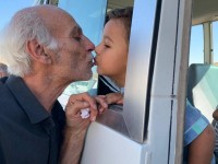 Μία εικόνα γροθιά στο στομάχι: Παππούς αποχαιρετάει το εγγόνι του στη Συρία