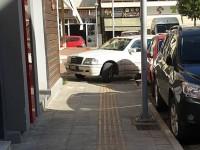 Το πάρκινγκ είναι δίπλα αλλά το πεζοδρόμιο έχει άλλη γλύκα (φωτο)