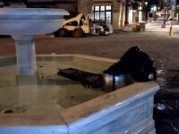 Εικόνες ντροπής στο παλιό λιμάνι - Έριξαν κάδο μέσα στο σιντριβάνι (φωτο)