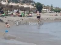 Μίκρυνε η παραλία στα Χανιά  λόγω της διάβρωσης και μετέφεραν τις ομπρέλες (φωτο)