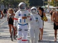 Κορονοϊός: Ζευγάρι έκανε βόλτα στην Κόπα Καμπάνα φορώντας στολές αστροναυτών