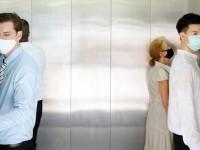 «Μη μιλάτε»: Η συμβουλή των ειδικών για να μην κολλήσετε κορωνοϊό στο ασανσέρ
