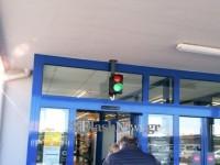 Τι άλλο θα δούμε! Με….φανάρι η είσοδος σε σούπερ μάρκετ στα Χανιά (φωτο)