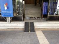 Κινητή ράμπα για ΑΜΕΑ στην είσοδο του δημαρχείου Χανίων (φωτο)