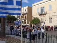 28η Οκτωβρίου: Παρέλασαν με ανάποδα τη σημαία στη Σύρο