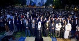 Μαζική προσευχή μουσουλμάνων έξω από την Αγία Σοφία