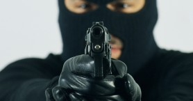 Μπήκαν στο σπίτι και απείλησαν με όπλα μητέρα και δύο ανήλικα παιδιά