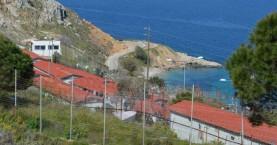 Αστυνομικοί καθάρισαν το κέντρο φιλοξενίας μεταναστών στη Χίο