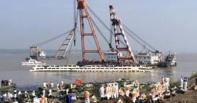 Επανέφεραν στην κανονική του θέση το πλοίο στον ποταμό Γιανγκτσέ
