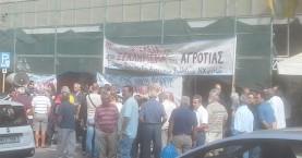 Συγκέντρωση διαμαρτυρίας αγροτών στην είσοδο της Εφορίας Χανίων
