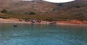 Χανιώτες «συλλαμβάνουν» ψαρά να παίρνει βάρκα από μετανάστες (φωτό)