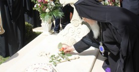 Ένα τριαντάφυλλο από τον Βαρθολομαίο στο μνήμα του Ειρηναίου Γαλανάκη-φωτο