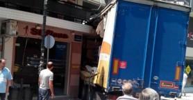 Νταλίκα έπεσε πάνω σε μπαλκόνι στον Τύρναβο (φωτό)