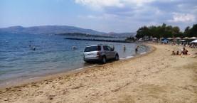 Αυτοκίνητο «όρμησε» σε λουόμενους στην παραλία (φωτο)