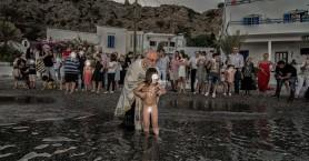 Μια πρωτότυπη βάφτιση στο Λουτρό Σφακίων - Αντί για κολυμπήθρα... η θάλασσα