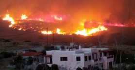 Μεγάλη πυρκαγιά απειλεί σπίτια στη Σύρο