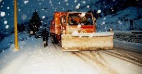 Μάχη με το χιόνι στους δρόμους δίνουν τα εκχιονιστικά στα Χανιά