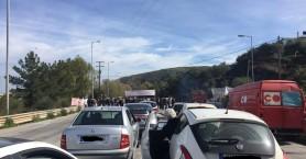 Συνεχίζουν τα μπλόκα οι αγρότες στα Μεγάλα Χωράφια - Ουρές τα αυτοκίνητα
