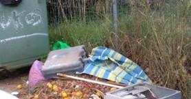 Σκουπίδια σε δρόμους και πεζοδρόμια σε Τσικαλαριά και Σούδα