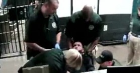 Σάλος: Αστυνομικοί έκαναν ηλεκτροσόκ σε ακινητοποιημένο κρατούμενο(βίντεο)