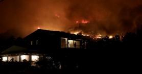Η νύχτα έγινε μέρα στον Κάλαμο, σοκαριστικές εικόνες από τη φωτιά
