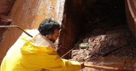 Πακιστανοί στις λάσπες της Μάνδρας βοηθούν τους πλημμυροπαθείς