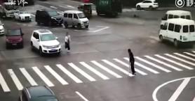 Γυναίκα οδηγός έκοψε την κυκλοφορία αλλά για… καλό λόγο