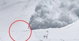 Τρομακτικό βίντεο: Χιονοστιβάδα «καταπίνει» ορειβάτες που βγαίνουν ζωντανοί
