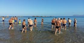 Θεοφάνεια: Βούτηξαν για τον σταυρό και οι χειμερινοί κολυμβητές στα Χανιά