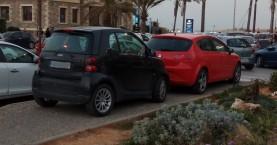 Απίστευτο! Παραμέρισε πεζός για να παρκάρει το όχημα σε ολόκληρο πεζοδρόμιο