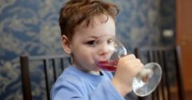 Πώς περιγράφει ο πατέρας του 6χρονου που κατανάλωσε αλκοόλ το περιστατικό