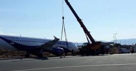 Γερανός σήκωσε το Α320 που βγήκε εκτός διαδρόμου στο