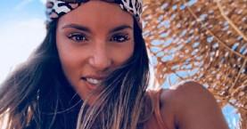 Αθηνά Οικονομάκου: Αναστατώνει τη Σαντορίνη με τις σέξι… πόζες της!