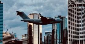 Boeing C-17 πετά ανάμεσα σε ουρανοξύστες και προκαλεί δέος (βίντεο)