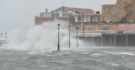 Προσοχή! Η θάλασσα «τα πήρε και τα σήκωσε» στο λιμάνι Χανίων (βίντεο-φωτο)