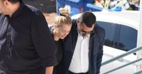 Υποβασταζόμενη η Βικτώρια Καρύδα στην κηδεία του Γιάννη Μακρή