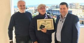 Βραβεύτηκε φανατικός φίλος της Κρήτης και εθελοντής πεταλωτής γαϊδουριών