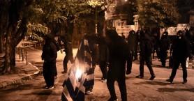 Πεδίο μάχης τα Εξάρχεια: Κουκουλοφόροι καίνε τη σημαία και σπάνε τα πάντα