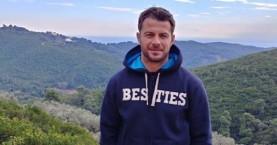 Ο Γιώργος Αγγελόπουλος ποζάρει στο σαλόνι του σπιτιού του και στέλνει ευχές