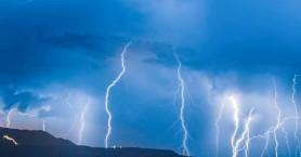 Οι κεραυνοί που έπεσαν το βράδυ στα Χανιά σε μια εκπληκτική φωτογραφία