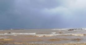 Γέμισε σκουπίδια η θάλασσα της Νέας χώρας μετά τις έντονες βροχές (φωτο)