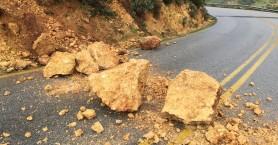 Επικίνδυνη κατολίσθηση έγινε στον δρόμο για Κεραμειά (φωτο)