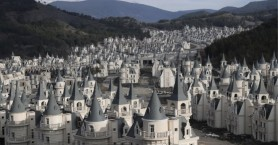 Tο αλλόκοτο χωριό των «μίνι πύργων» που στέκει έρημο λόγω κρίσης