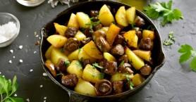 Τηγανιά με πατάτες, λουκάνικα και μανιτάρια