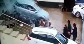 Οδηγός σε έκθεση τέσταρε αμάξι και έσπασε τα πάντα - Πέρασε μέσα από βιτρίνα! (βίντεο)