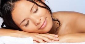 Είναι κακό να κοιμάστε με βρεγμένα μαλλιά;