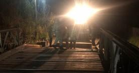Εργάστηκε ακόμα και το βράδυ ο στρατός για να τοποθετηθεί η δεύτερη στρατιωτική γέφυρα