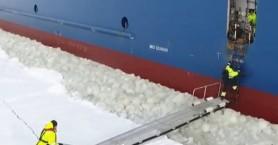 Ναυτικός ανεβαίνει σε κινούμενο πλοίο με παράδοξο τρόπο
