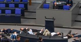 Ακτιβιστές για το κλίμα διέκοψαν ομιλία του Σόιμπλε στην Bundestag και έπεσαν...